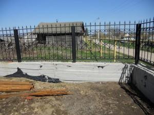Подпорная стена, совмещенная с забором